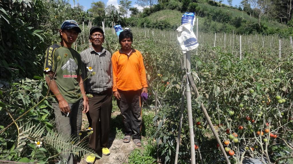 Jono (links) auf dem Feld seines Onkels (rechts) mit dem Busfahrer Makmor (Mitte), bei dem Jono ein Jahr lang gelebt hat.